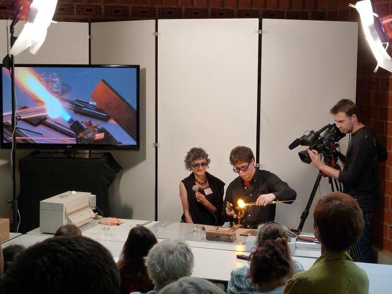 Démonstration de savoir-faire lors de la biennale du verre à Sars-Poteries