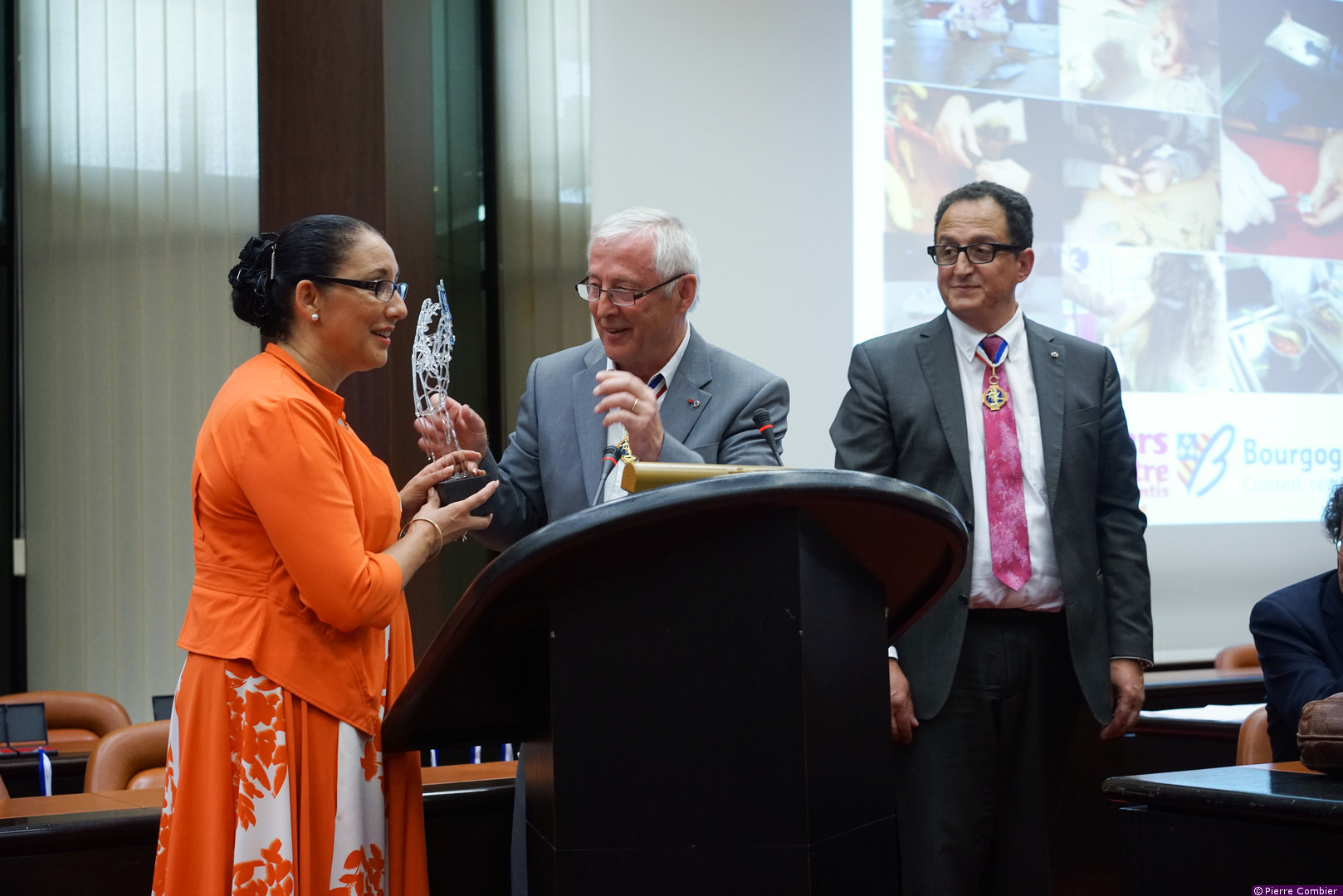 Trophée réalisé pour la société MOF et remis au président du conseil régional de Bourgog