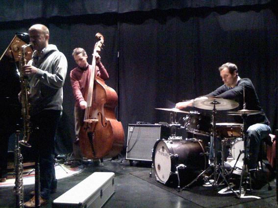 Reto Suhner (s), Simon Quinn (db), Brian Quinn (dr)