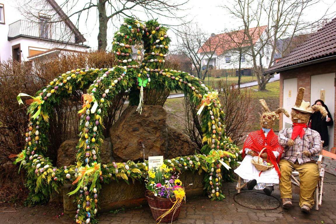 Der fertig geschmückte Osterbrunnen