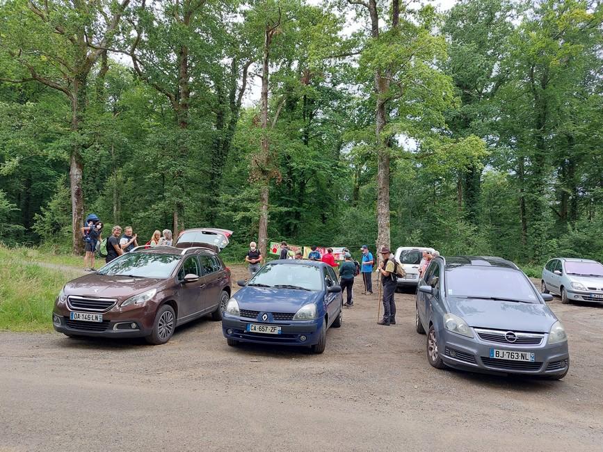 Regroupement des randonneurs pour départ en forêt le 18 juillet 2021, accompagnés par l'assotiation ACCOB