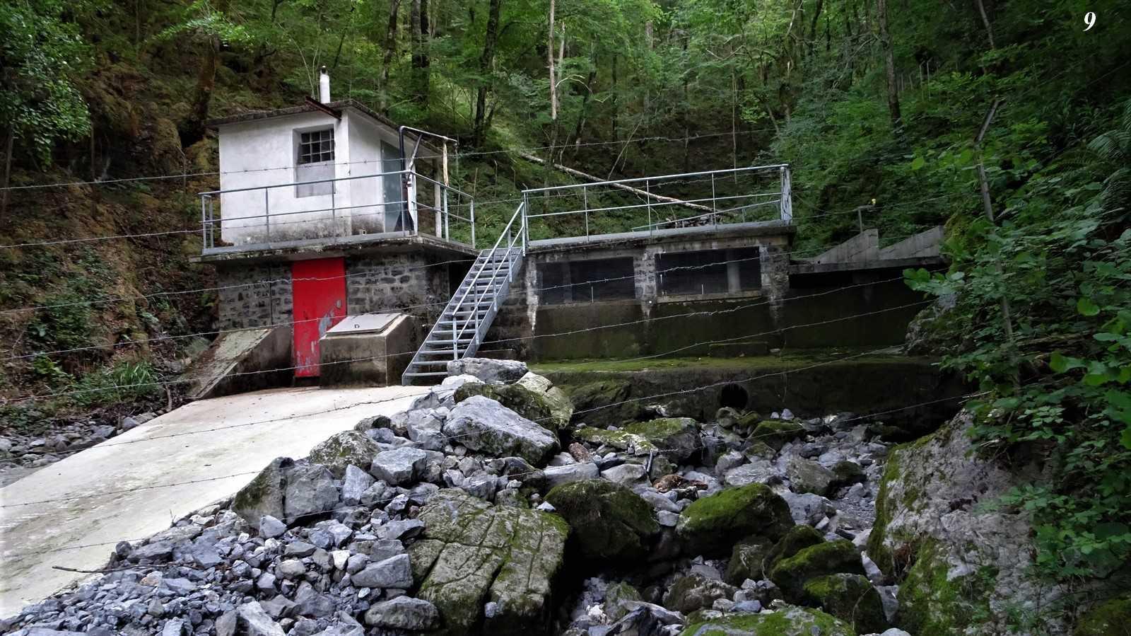 Aucun débit réservé sur la source de l'Ourtau où la totalité de la ressource eau est prélevée pour être rejetée à hauteur de 30 à 50 % du volume dans la nature à des dizaines de Kms.