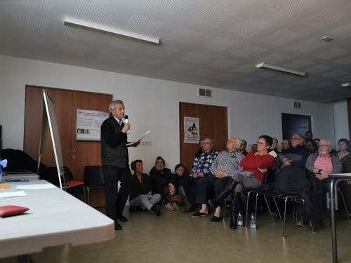 M. Lauronce devant une salle pleine à craquer tentant de s'expliquer de sa démarche qui restera malgré tout incomprise par les citoyens. ACCOB Oloron