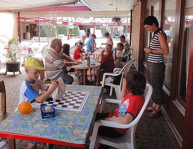 Photo Ferien-Schach 2012, vor dem Restaurant Weiher