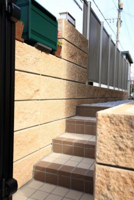 給排水管を移設し、勝手口からの階段を新設