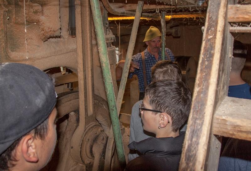 Blick in den Technikraum unter dem Gatter: Das mächtige Schwungrad