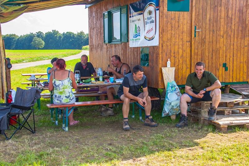 Gesellige Runde im Köhler-Camp