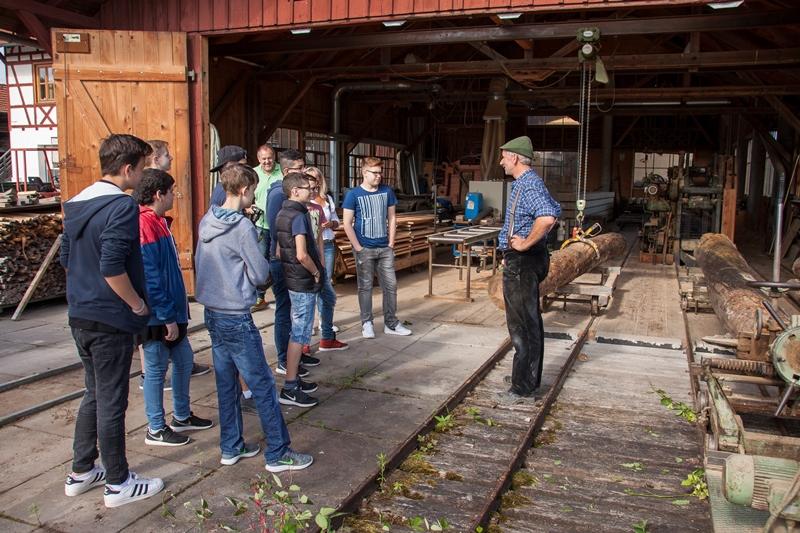 Markus Kälber begrüßt die Tausschüler