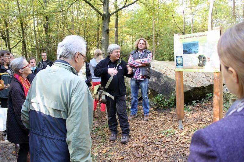 Uwe Hiller führt über den Walderlebnispfad