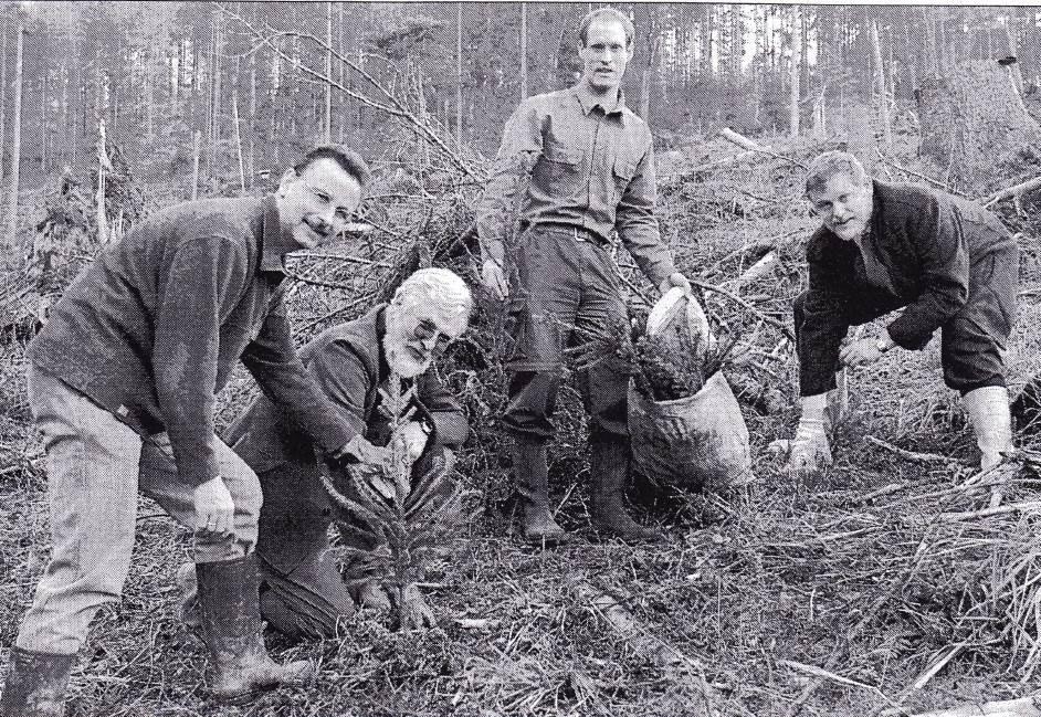 2002: SDW-Pflanzaktion auf Sturmflächen des Orkans Lothar: v.l. SDW-Vors. BM Reinhold Sczuka, FDir Siegfried Häfele, FAm Axel Kalmbach, BM Dieter Zahn / Sulzbach