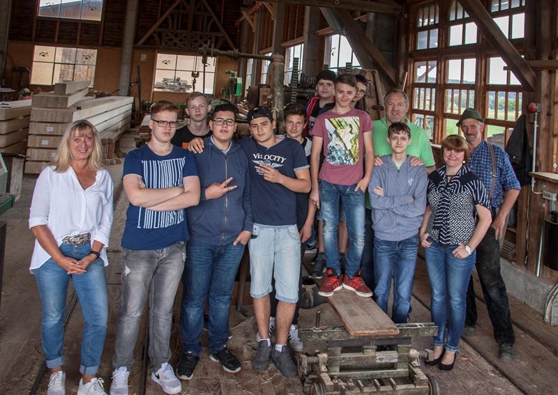 Gruppenbild mit Damen: Die Schüler, links: Karin Paletschek-Cornau von der Beruflichen Bildung gGmbH, von rechts: Markus Kälber, Frau Airich (Vorsitzende Förderverein) und Rektor Jochen Nossek