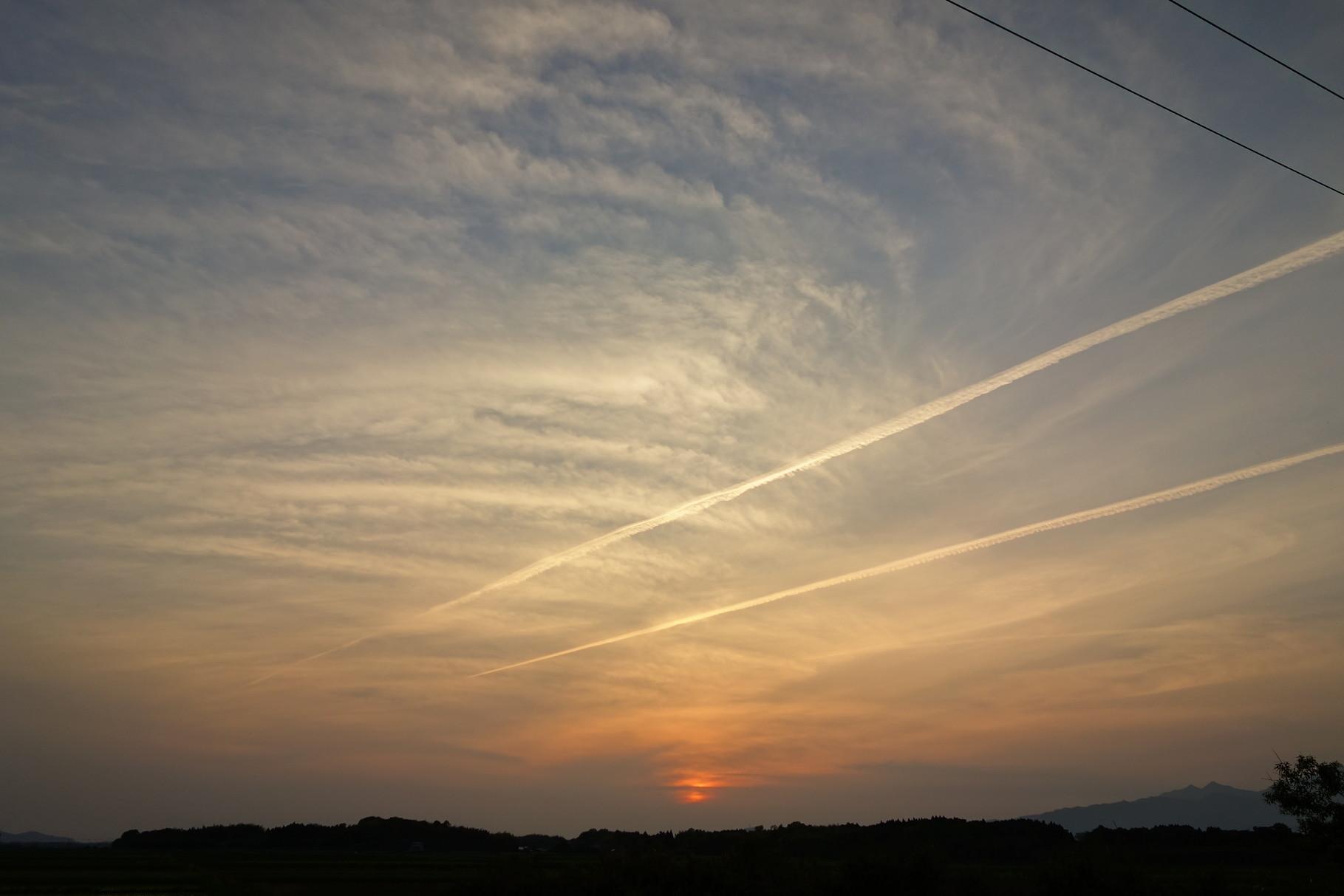 大空を駆ける ジェット雲