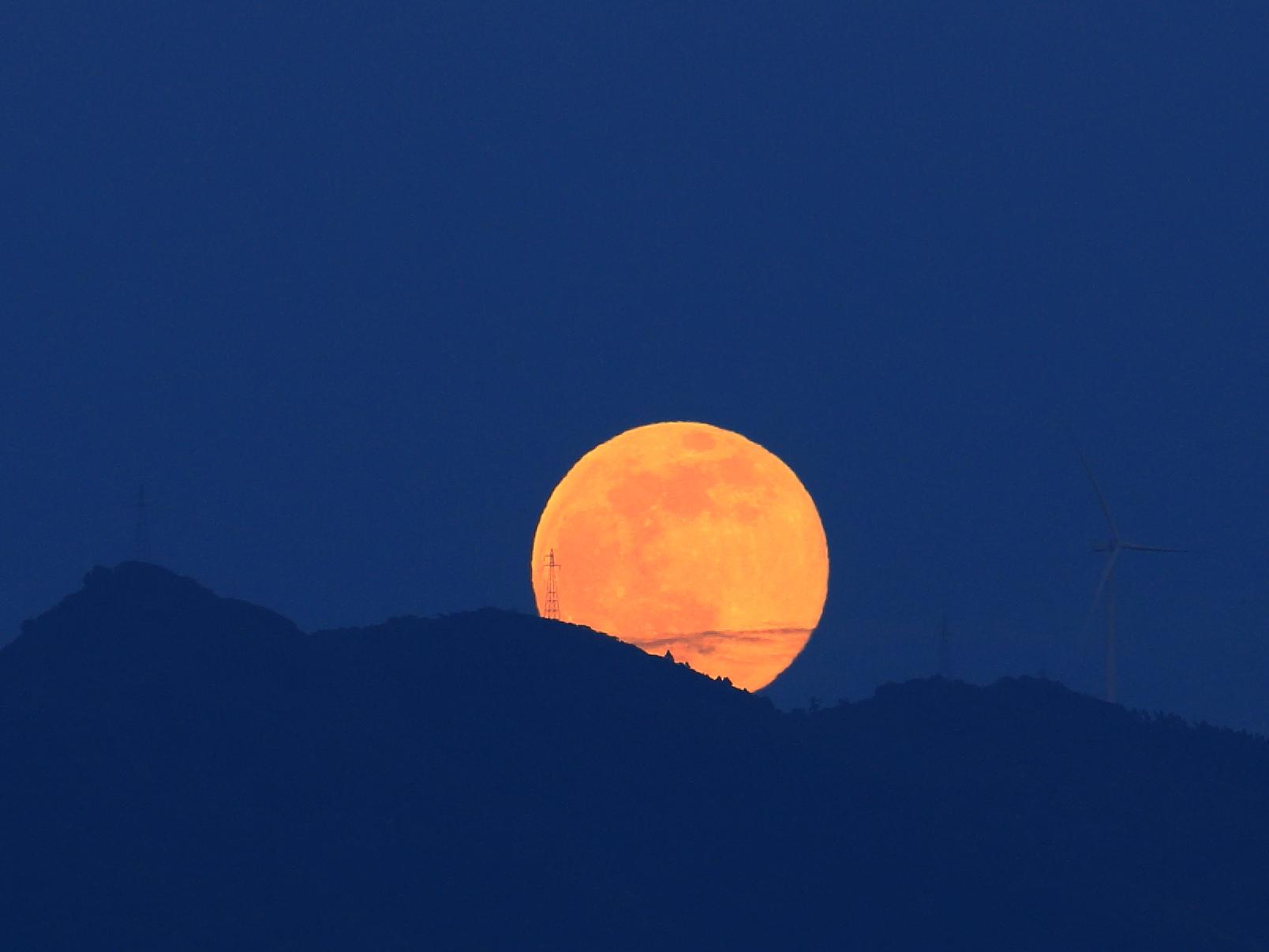 山神祭の最中にstrawberry moonが静かに国見山から現れる(6/9 会社堤防から)