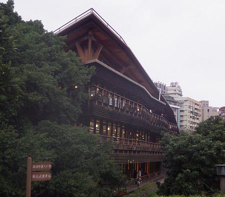今どきの木造(集成材)建築の図書館。台北市立図書館北投分館