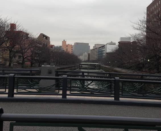 石島橋から上流を臨む 右の茶色の建物が宿