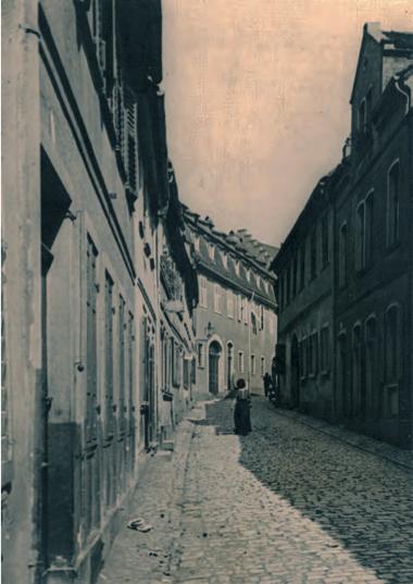 Kirchgasse mit Sattlerhaus (geadeaus hinten) um 1900