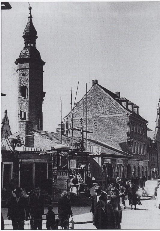 Wie durch ein Wunder blieb der Bauschenturm stehen... Foto: Stadtarchiv