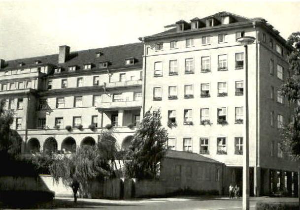 Das St-Josef-Krankenhaus in den 1960ern, als die Wilhelmstraße noch vorbeiführte....