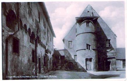 Altes Haus hinter der katholischen Kirche -   Hl. Geist Kirche um 1930