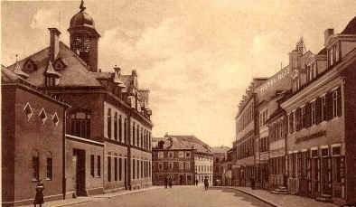 Blick vom alten Postplatz Richtung Albrecht-Dürer-Platz; links die alte Post, die mitten auf dem Georg-Wichtermann-Platz stand; rechts hinten das Hotel Ross