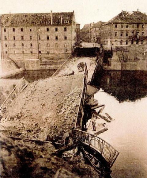 Die zum Kriegsende 1945 gesprengte Maxbrücke in Schweinfurt