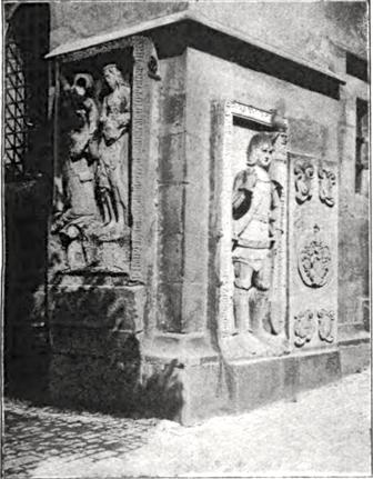 Grabplatten im Außenbereich der Kirche (vor 1944)
