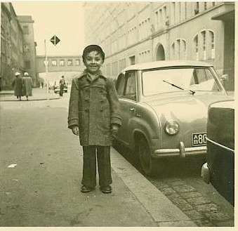 Der Herausgeber dieser Website in der Schrammstr. vor Hausnr. 10 Blickrichtung Innenstadt 1955/56