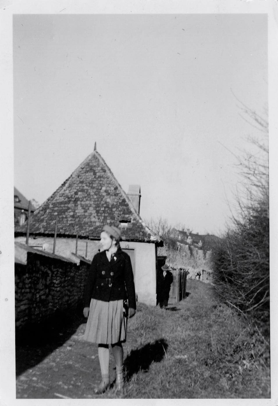 Frau Elfriede Leubner um 1940 am Häuschen auf dem Höpperlesturm