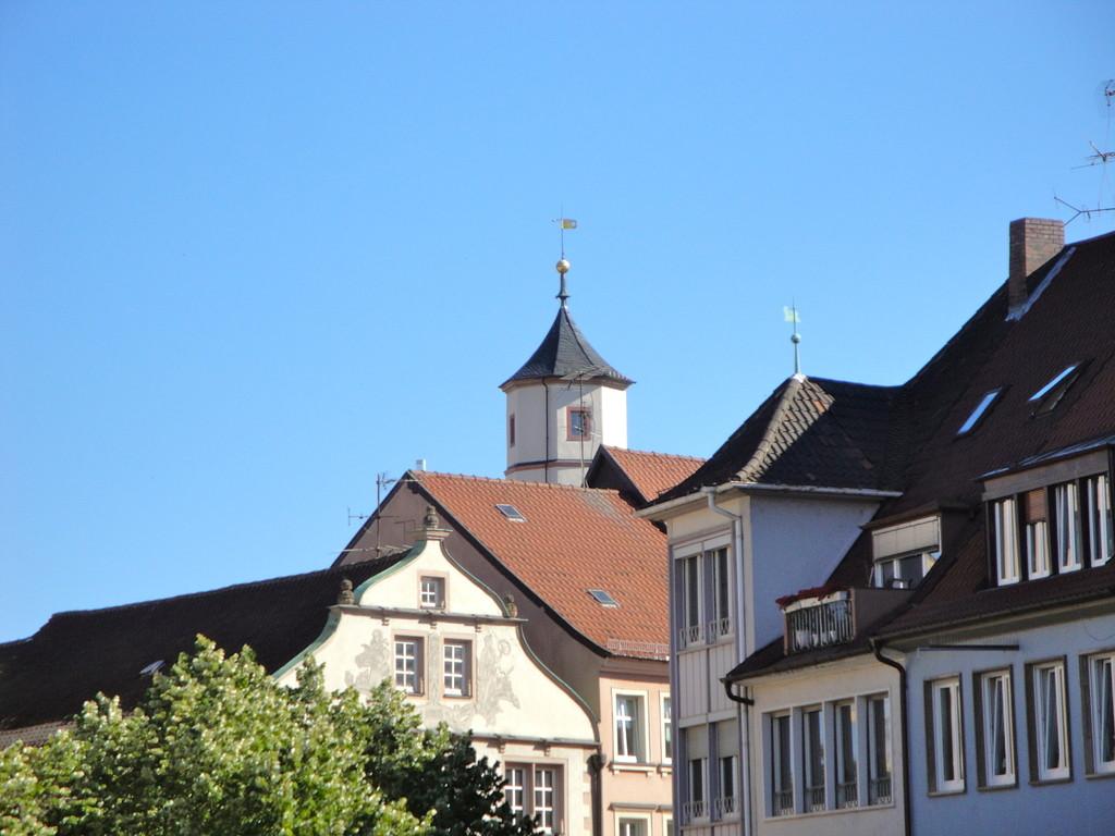 Der Schrotturm überragt historische Fassaden - Blick vom Marktplatz