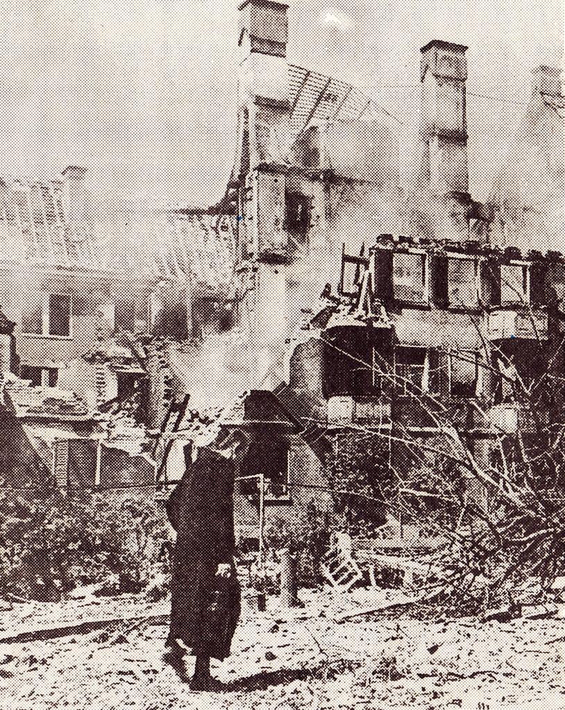 Frau vor zerbombter Kulisse - Foto: Stadtarchiv
