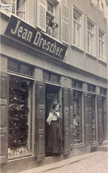 Verkäuferin im Eingang der Kürschnerei Jean Drescher um 1900