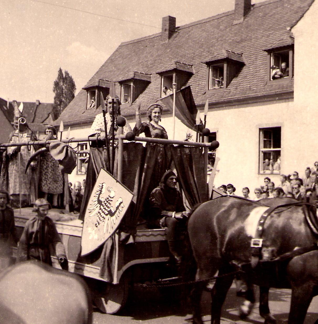 Gruppe 10 - Der Fürstentag -Eine Gruppe von Landsknechten. Der Bürgermeister der Stadt mit Ratsherren. Hier der Wagen mit dem Erzbischof von Mainz und dem Fürsten von Anhalt