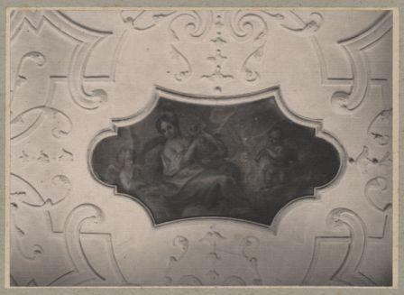 Barocke Stuckdecke mit Gemälde im Innern des Gebäudes, aufgenommen um 1900