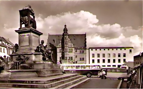 Rückertdenkmal mit Rathaus und altem Stadtbus um 1962