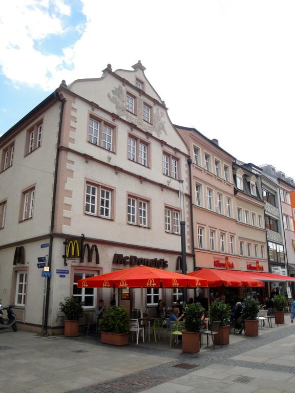 Das Haus Spitalstraße 1 ist im Kern auf das Jahr 1568 zurückzuführen, im 19. Jahrhundert erhielt es den Schweifgiebel.