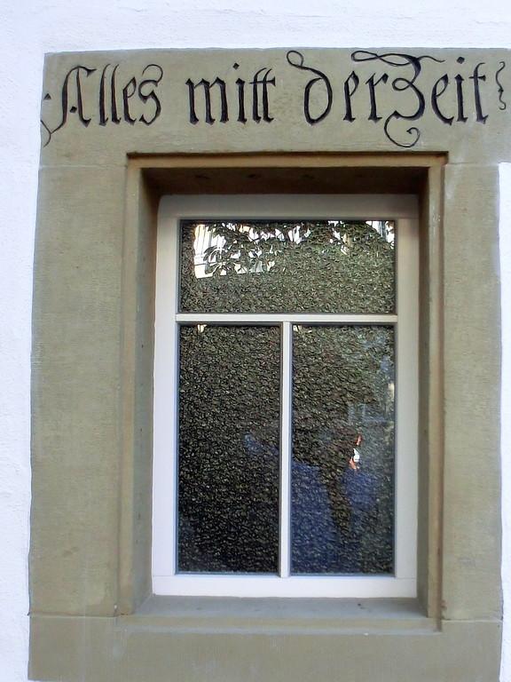 Fenster vom Innenhof - Alles mit der Zeit