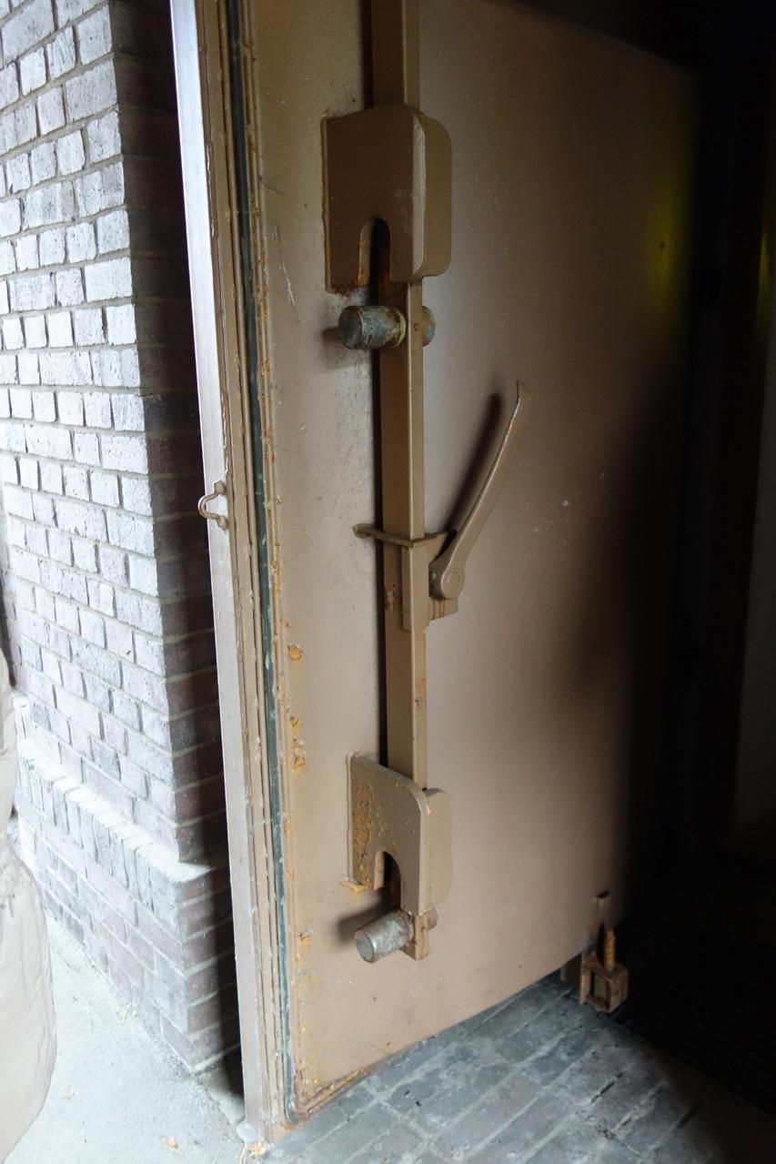 Die schwere metallene Eingangstüre
