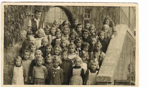 Ludwig Schule 1.Klasse Frau Schwarz. Die zweite rechts mit Brille Gertrud Stich (Maria Byrd). Danke Maria Byrd für dieses Foto!