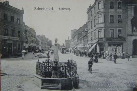 Im Hintergrund die Hl-Geist-Kirche mit noch nicht in voller Höhe fertig gestelltem Turm ca. 1905; der damalige Steinweg ist die heutige Schultesstraße