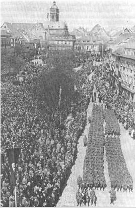 Parade des Panzer Regiments 4 auf dem Marktplatz