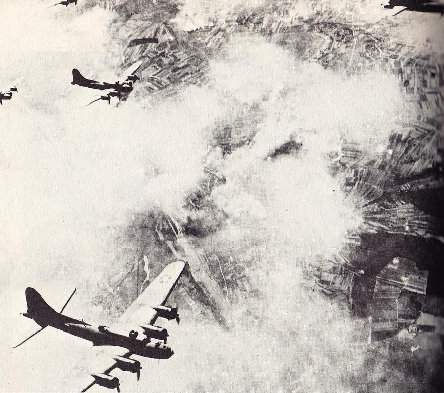 Die fliegenden Bomber verlassen das Gebiet über Schweinfurt nach dem Bombenabwurf (17.08. 1943)