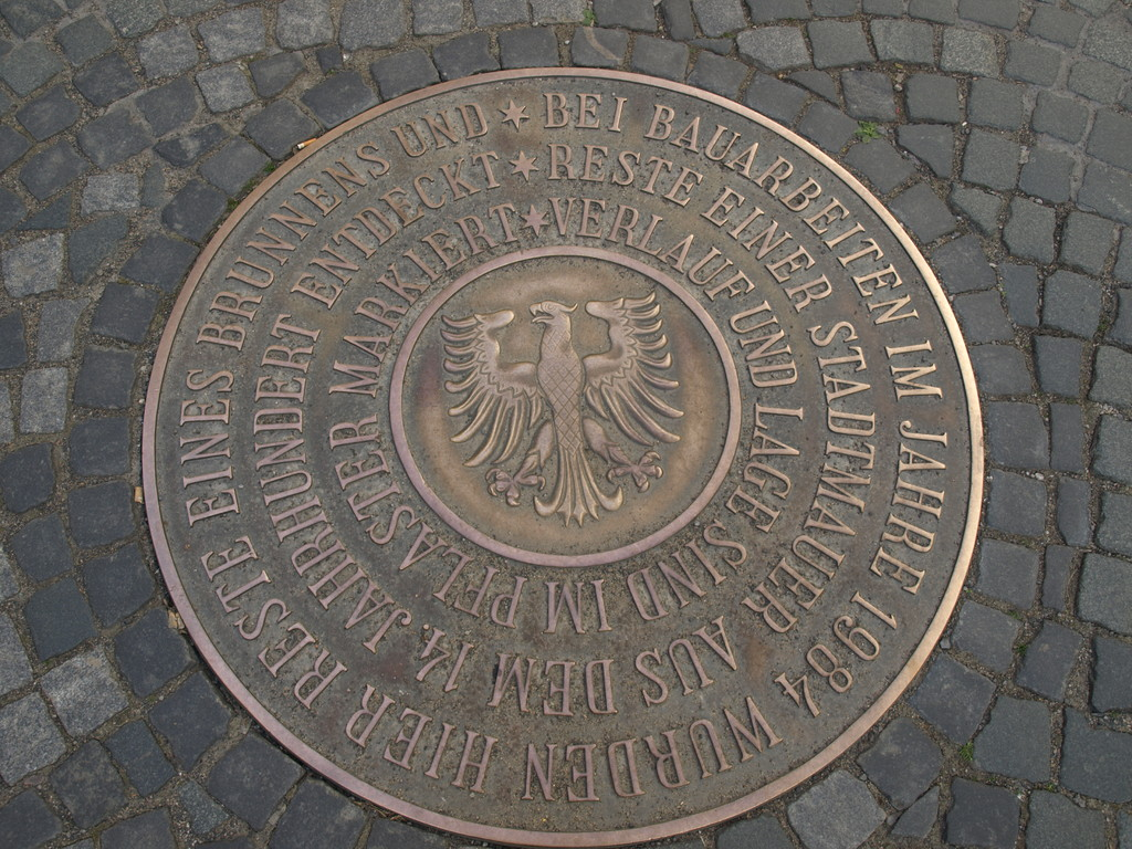 Bronzeplatte im Straßenbelag der Rosengasse mit archäologischem Hinweis