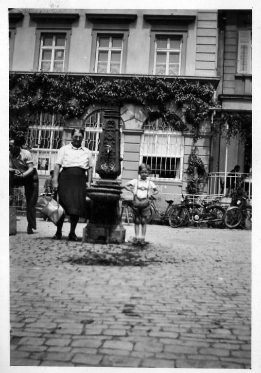 Nordseite des Marktplatzes vor der Hypobank mit damals vorhandenem Brunnen (Anfang der 1950er) Danke an Klaus Best