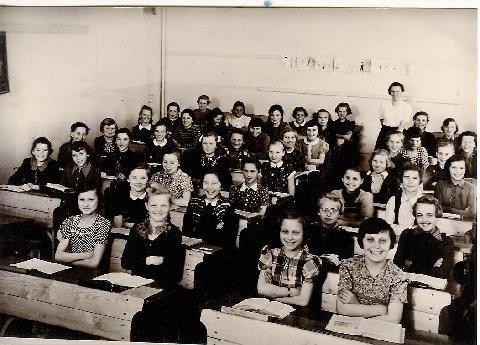 Ca. 1953/54 – Name der Lehrerin unbekannt. In der mittleren Reihe die dritte rechts mit kleinem weißen Kragen Gertrud Stich, Landwehrstraße 34, daneben links Edeltraud Schneider. Danke an Maria Byrd (Gertrud Stich).