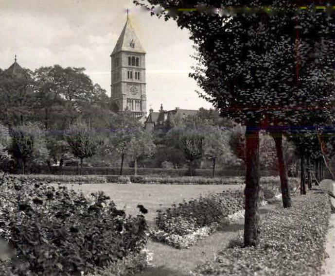 Blick vom Schillerplatz auf die Hl. Geist Kirche