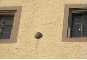 Eine der in die Westseite des Zeughauses Schweinfurt eingemauerten Kanonenkugeln. Insgesamt befinden sich 8 Kugeln unterschiedlicher Größe in der Mauer.
