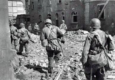 Amerikaner dringen in der Ludwigstraße vor 1945