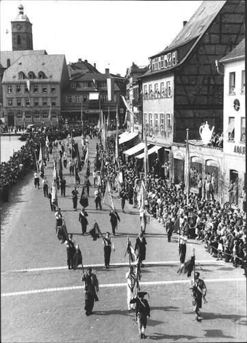 Gruppe 26 - Schweinfurter Sport - Fahnenblock aller Schweinfurter Vereine. Schützen, Traditionsfahne der TG von 1848. Turner und Sportler