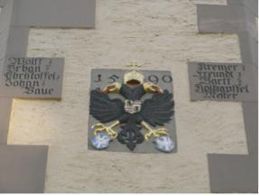 Großansicht auf die Inschrift am Treppenturm