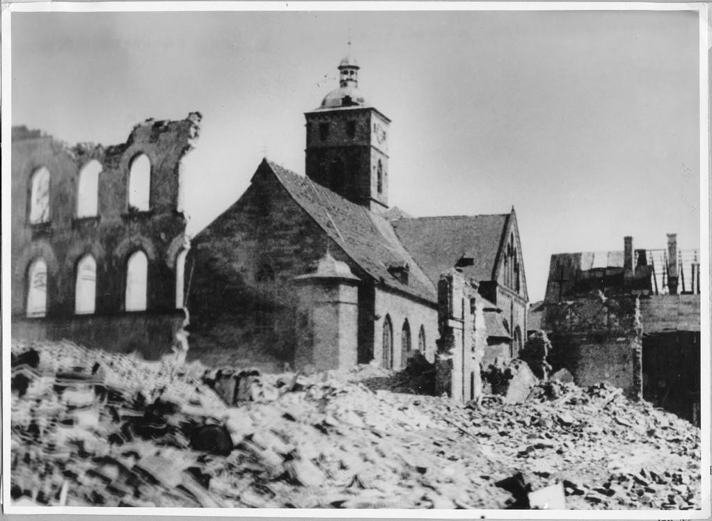 Die Johanniskirche inmitten einer Trümmerlandschaft